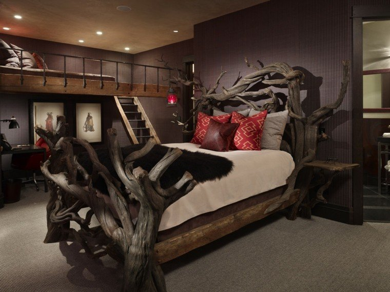 cama troncos altos tenue cojines rojos