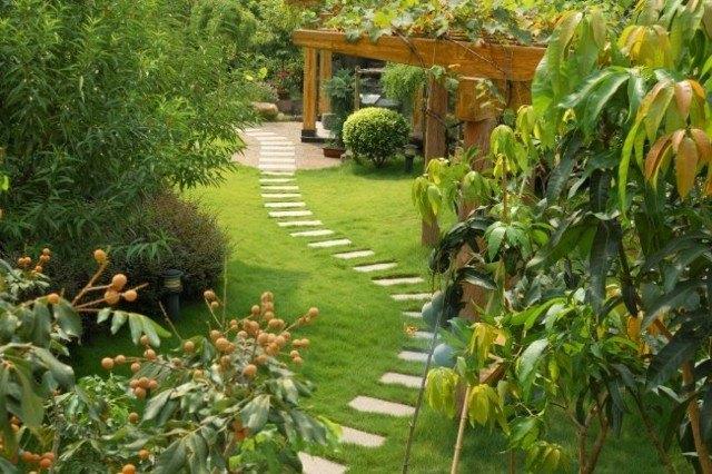 camino jardin baldosas rectangulares cesped