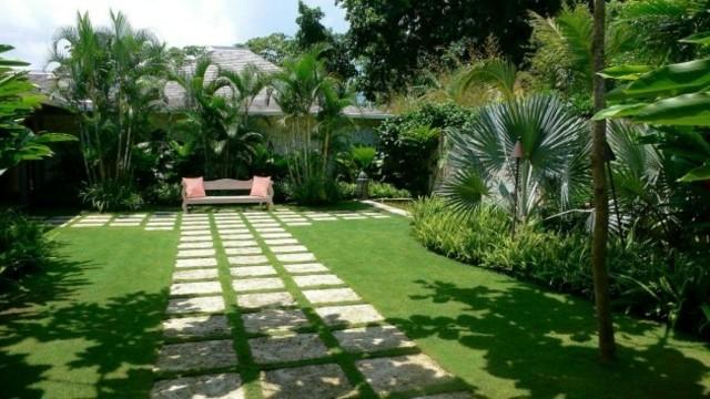 camino jardin baldosas cuadradas paralelas