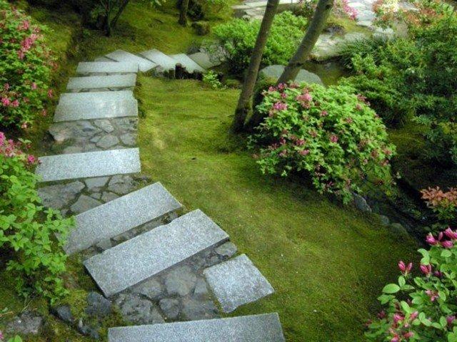 camino piedras baldosas rectangulares jardin