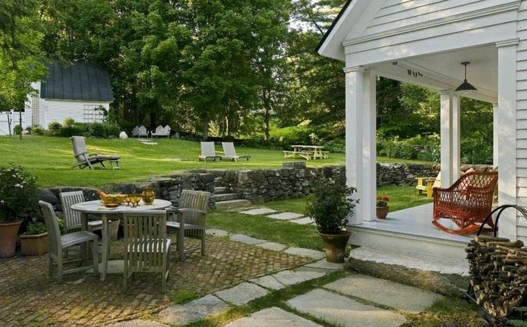 camino piedras porche jardin trasero mesa sillas madera ideas