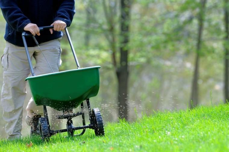 carreta regar insecticida hierba verde