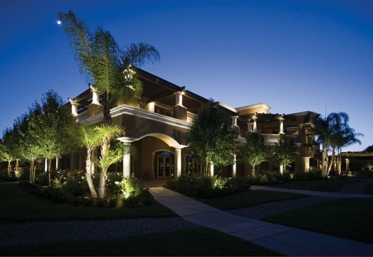 casa exterior palmera sendero luces