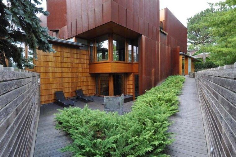 casa moderno verde plantas tumbonas pendiente