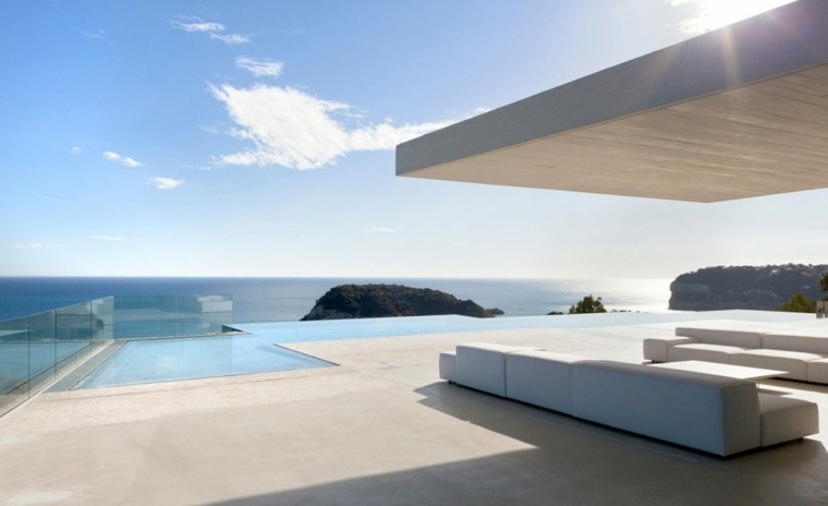 casas-cristal-rodea-piscina-muebles-diseno