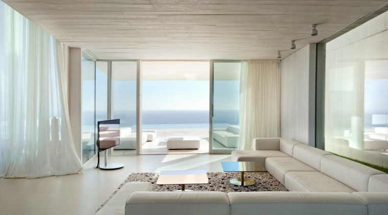 casas salon amplio sofas grandes cuero blanco ventanal ideas