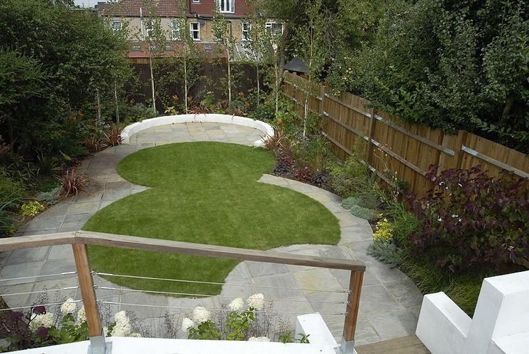cesped escalera flores plantas curvado jardin