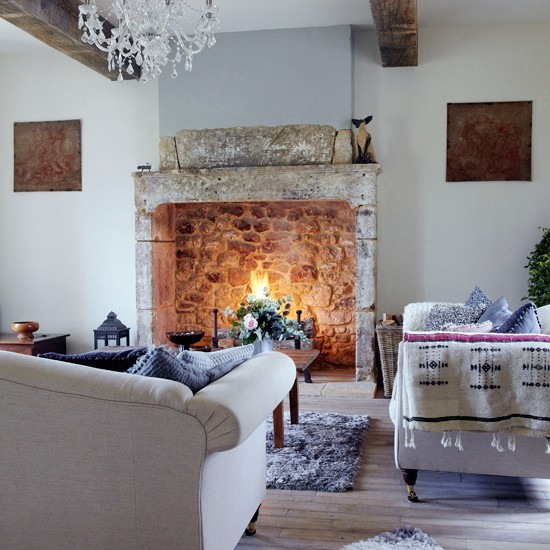 chimenea grande salon moderno casa campo pared blancas