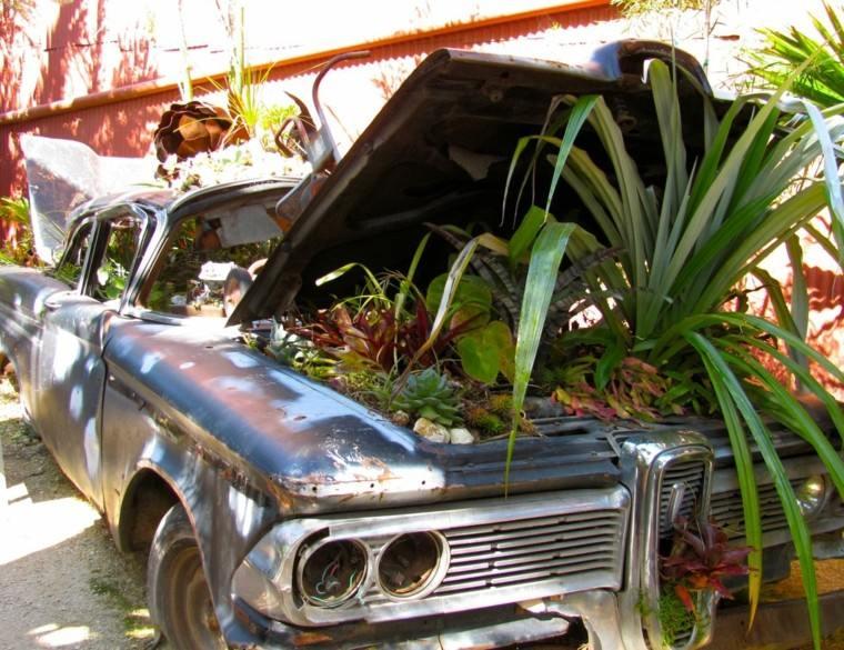coche viejo macetero plantas jardin