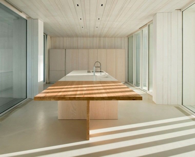 cocina amplia isla madera mobiliario suelo techo madera ideas