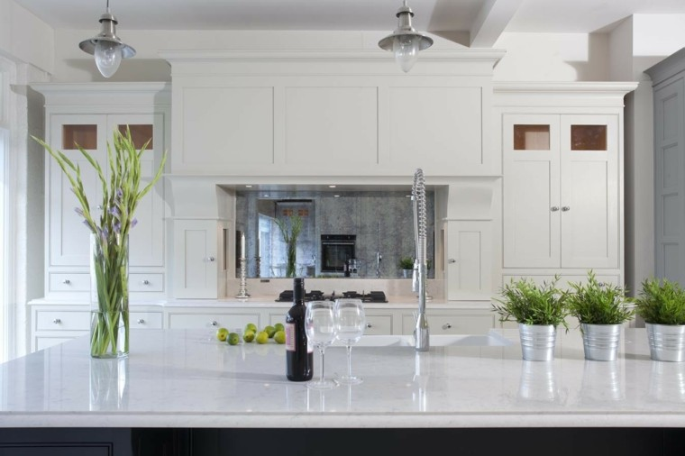 cocina blanca amplia marmol encimera isla bonita