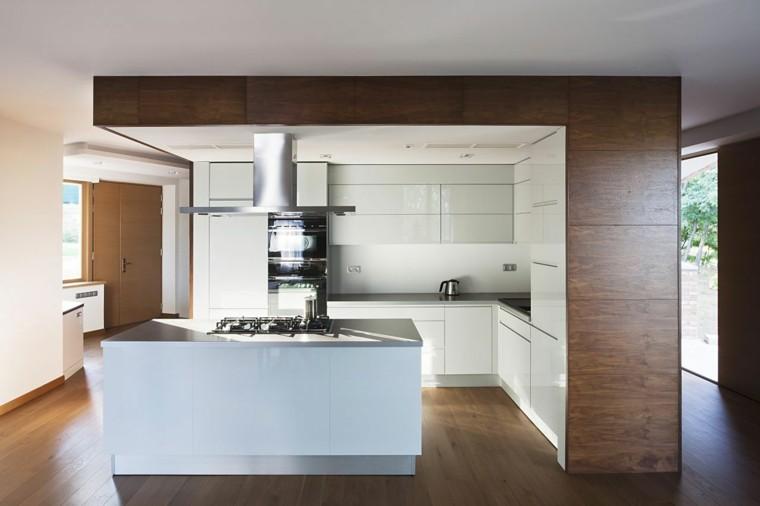 superficies de muebles de cocina blanco y madera