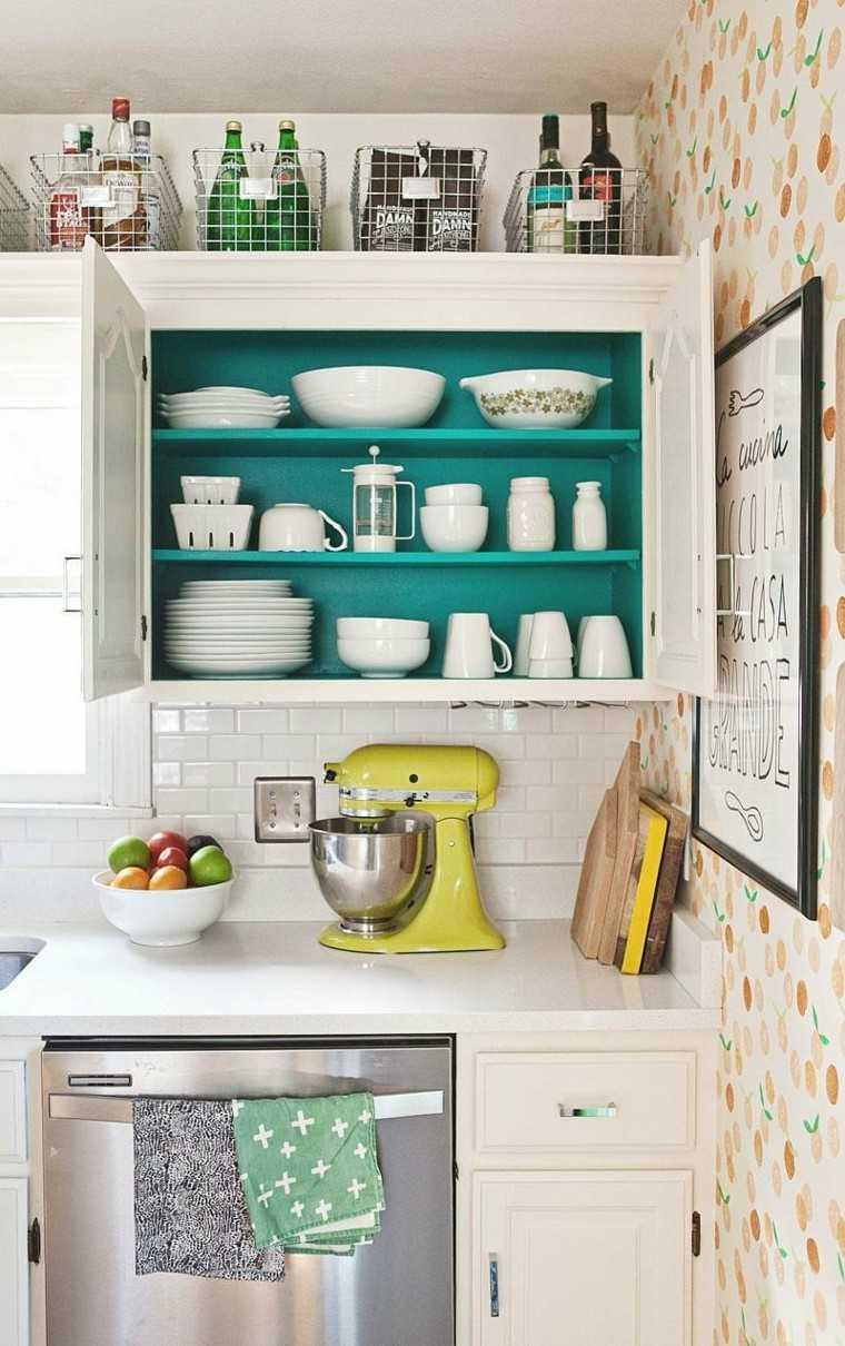 cocina pequena armarios papel pared azulejos blancos ideas