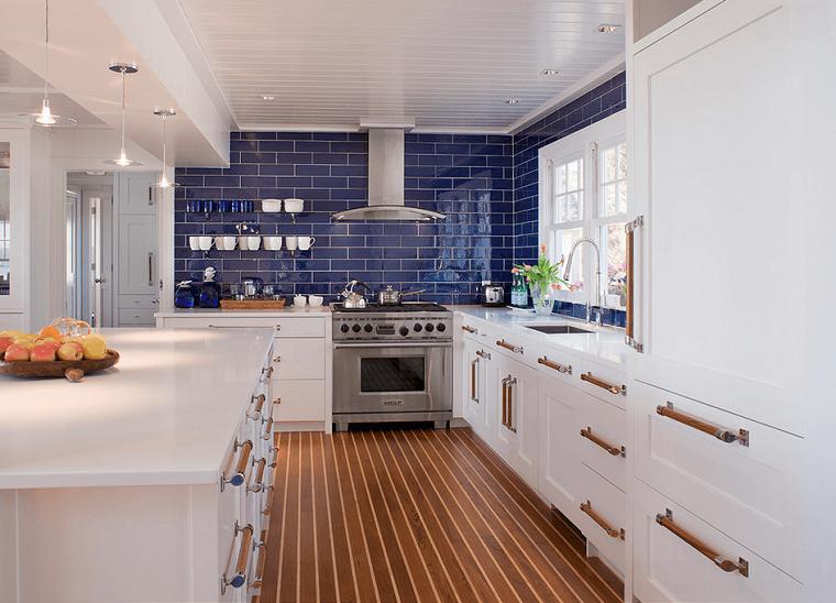 Cocinas blancas con muebles de madera muy modernas for Azulejos y suelos para cocinas