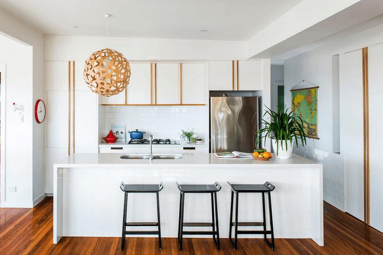 cocinas blancas muebles madera blanca toques marron taburetes negro modernas