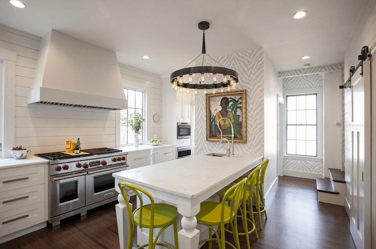 cocinas blancas pared suelo madera isla moderna