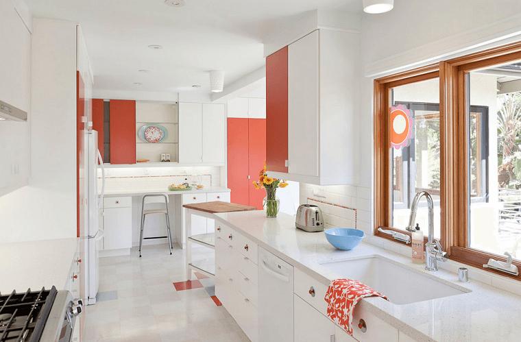 cocinas blancas suelo baldosas blancas toques rojo moderno