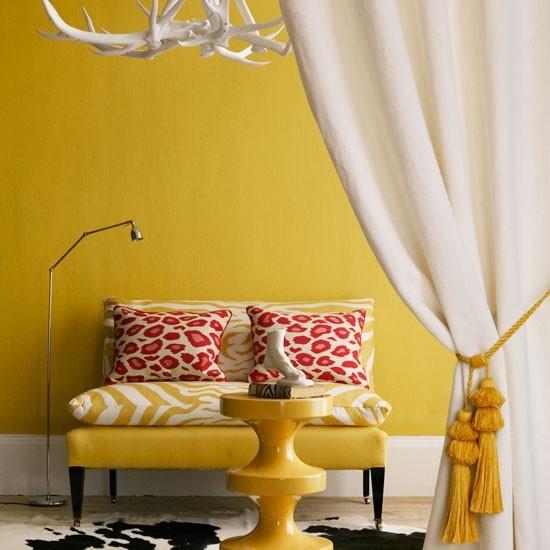 color amarillo salon pared sofa mesa preciosa