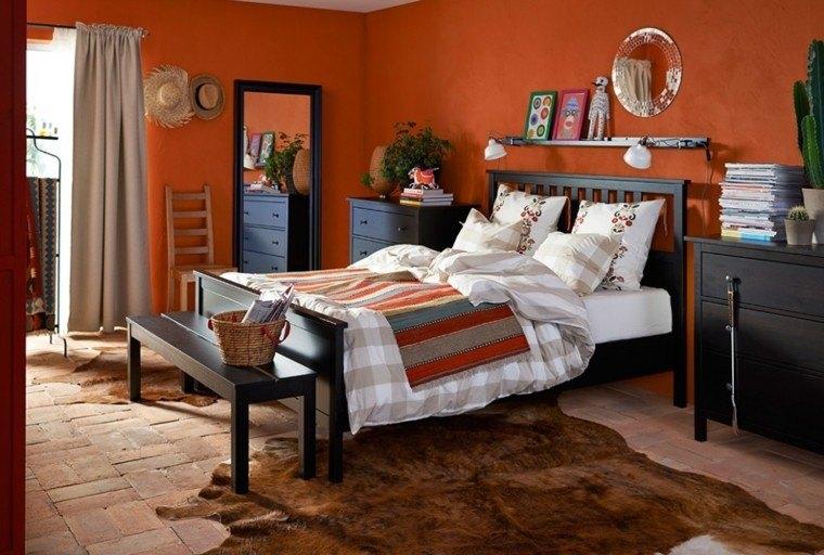 color naranja vibrante pared dormitorio cama madera moderno