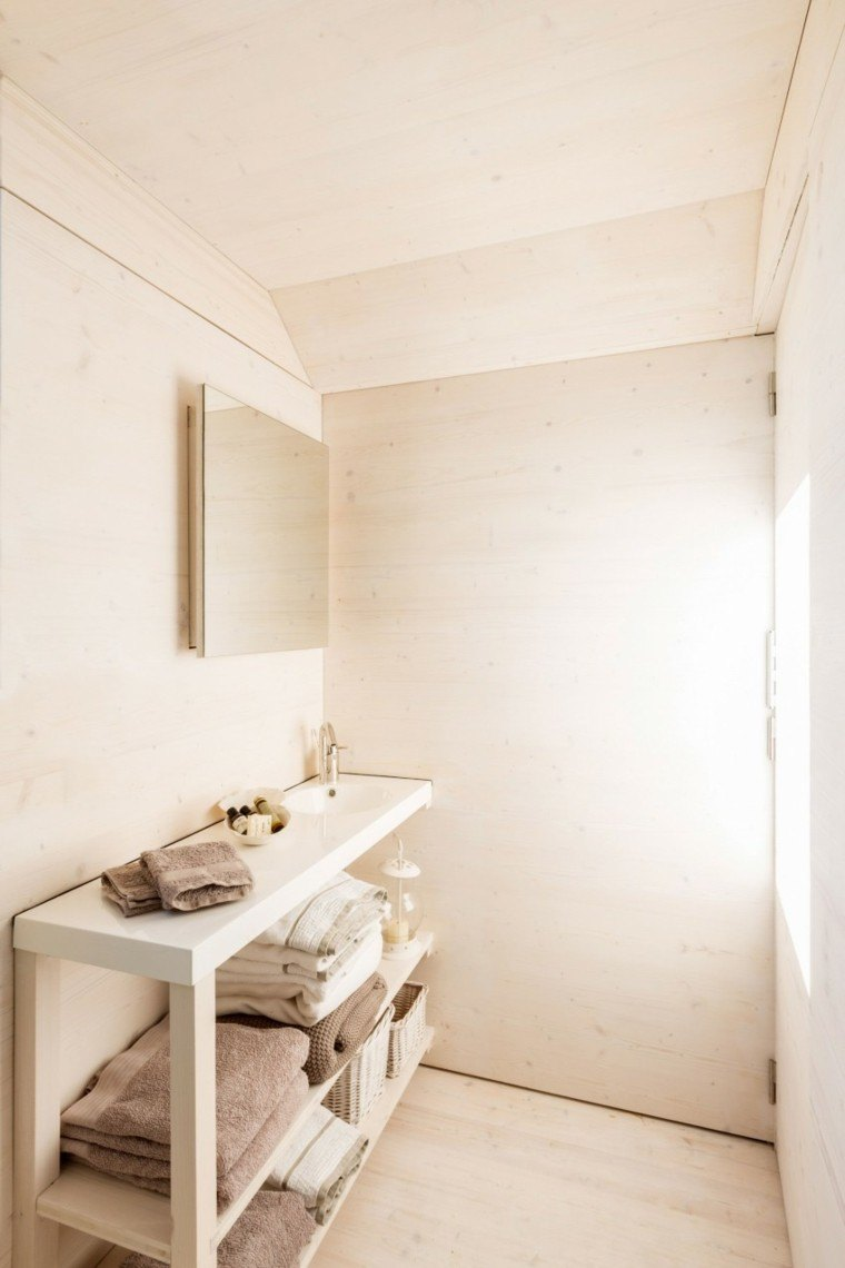 cuarto baño mueble beige toallas