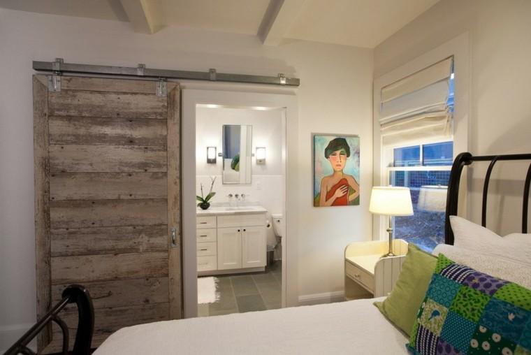 cuarto baño blanco puerta madera rustica