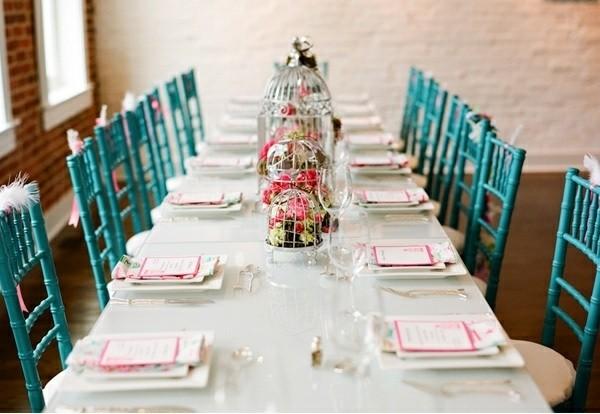 decoracion mesa jaulas sillas azules