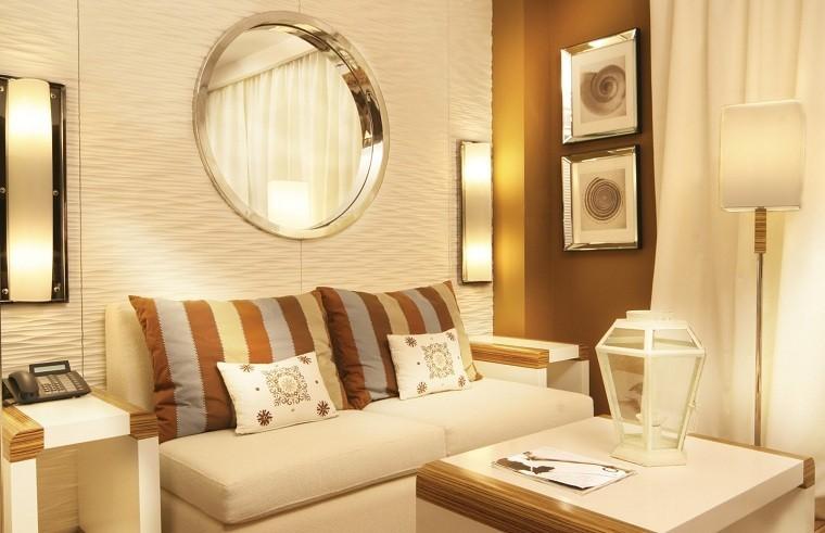 decoracion de salones pequeños dorado tenue espejo