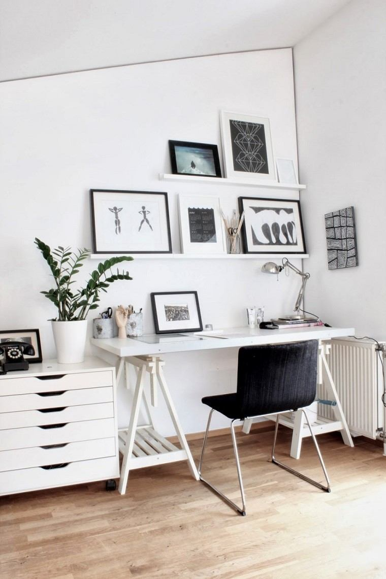 despacho pequeño silla negra cuadros