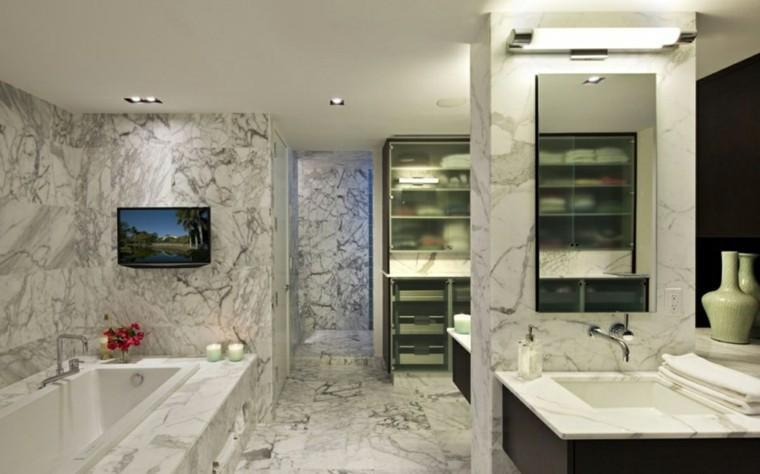 diseño baño marmol televisor