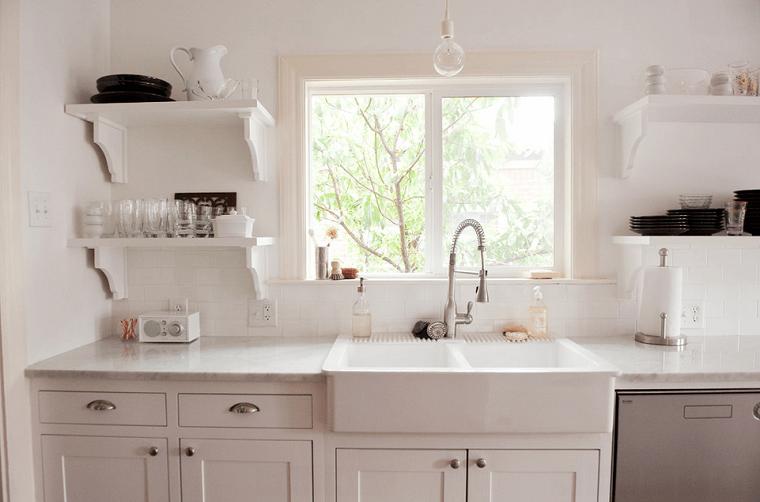 diseño cocinas estantes madera blanco fregadero
