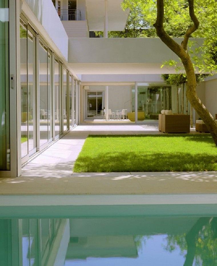 diseño de jardines modernos cesped piscina minimalista