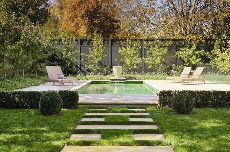 diseño de jardines modernos piscina tumbonas