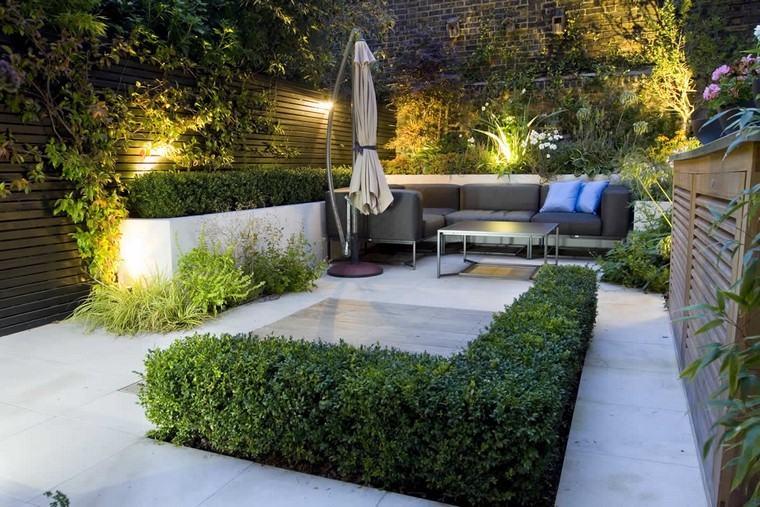 diseño de jardines modernos sombrilla cojines luces