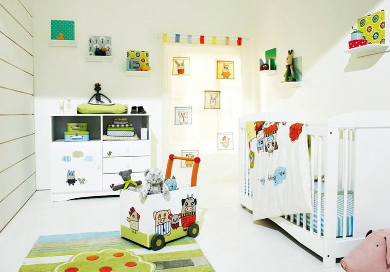 dormitorio bebe varios colorines muñecos
