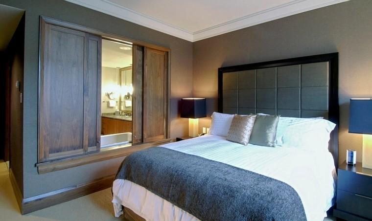 dormitorio relajante cama grande espejo armario madera moderno