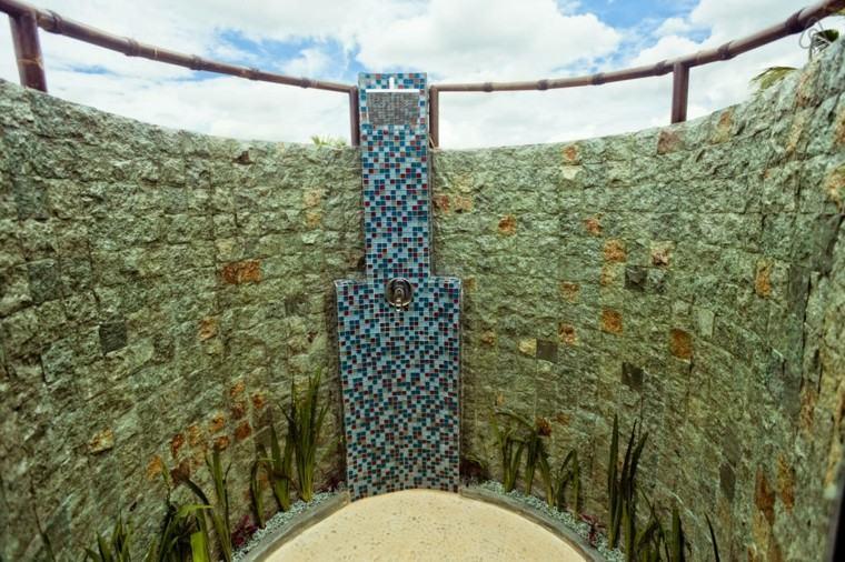 ducha jardin muro piedras mosaico