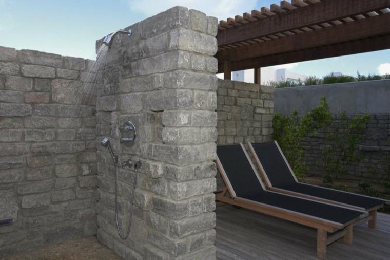 ducha muro piedra dos tumbonas