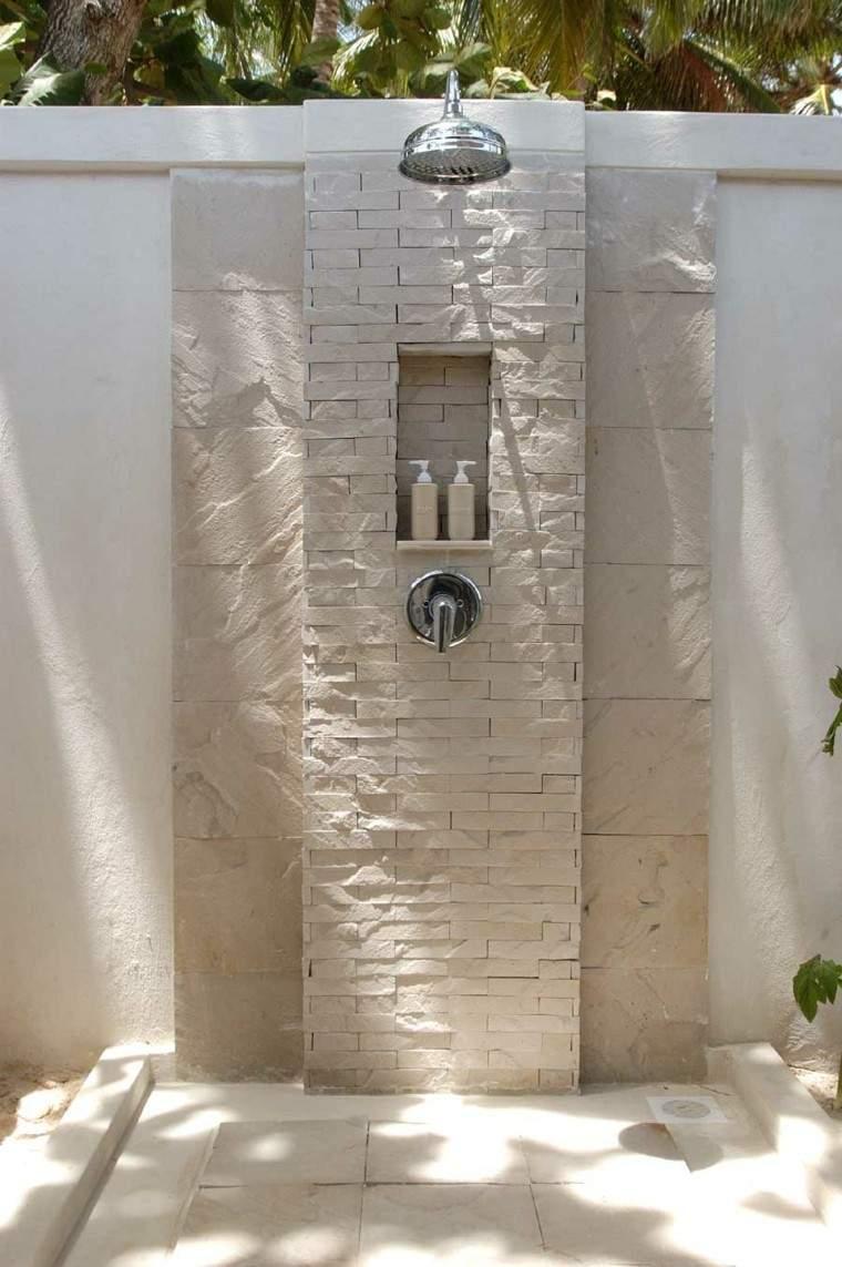 ducha piedra jardin ladrillos beige