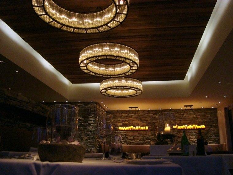 efectos iluminacion espacios interiores grandes pared piedra