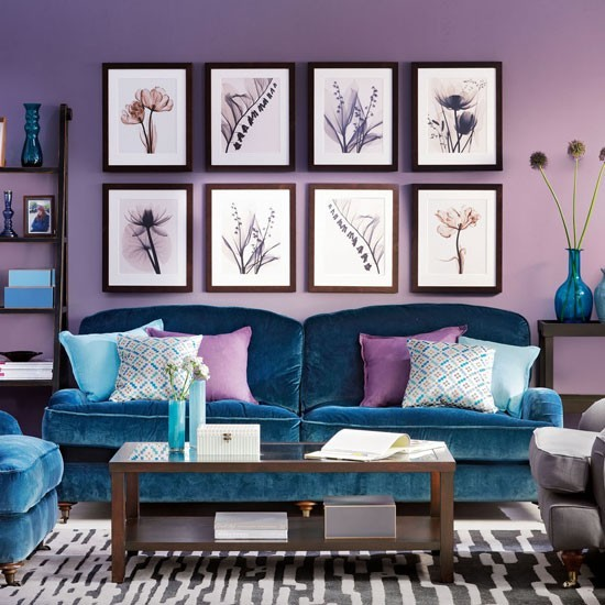 entretenimiento salon sofa terciopelo azul cuadros pared-purpura ideas