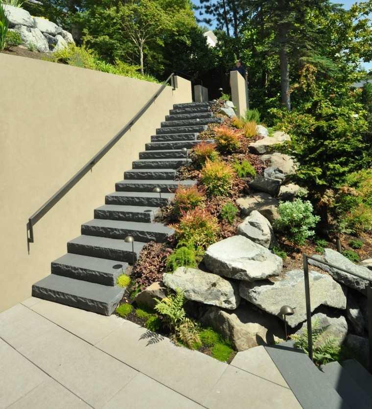 escalera roca pasamanos metal piedras