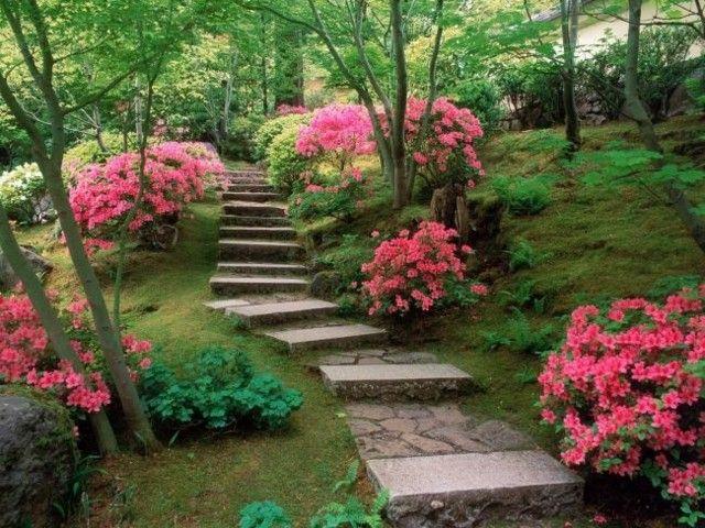 escaleras jardin flores piedras rosa