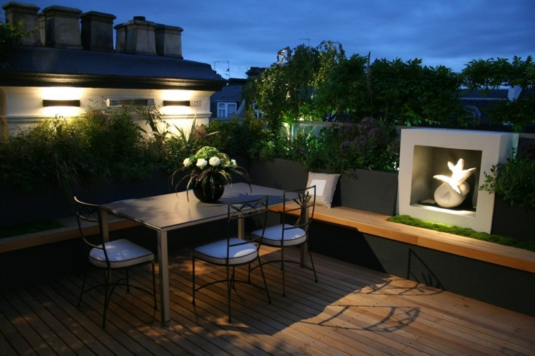 escultura jardin sillas mesa luces