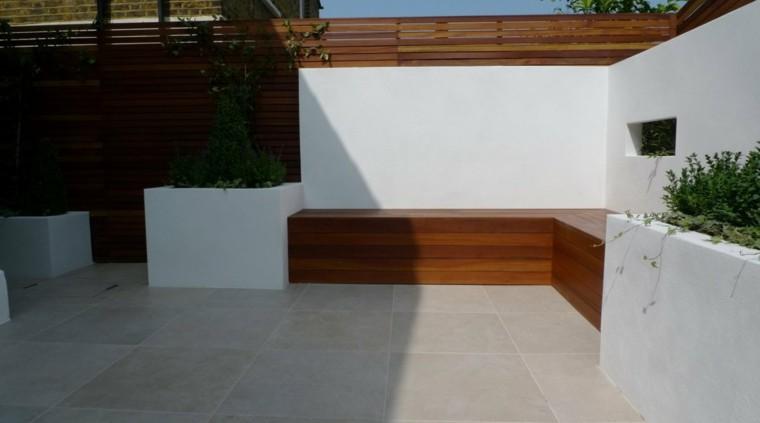 esquina jardin banco integrado madera