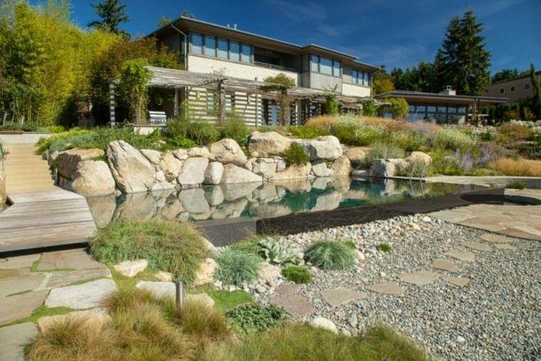 estanque grande muralla piedras jardin plantas ideas
