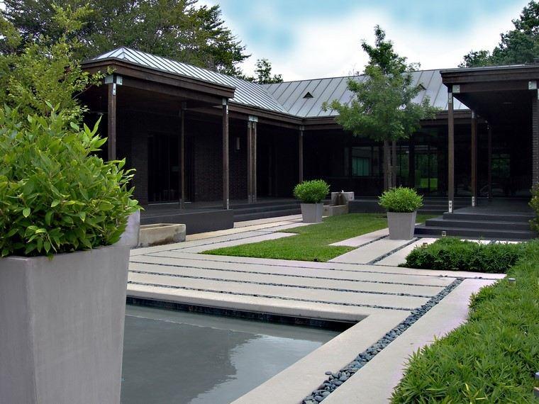 estanque maceteros geometrico jardin grava