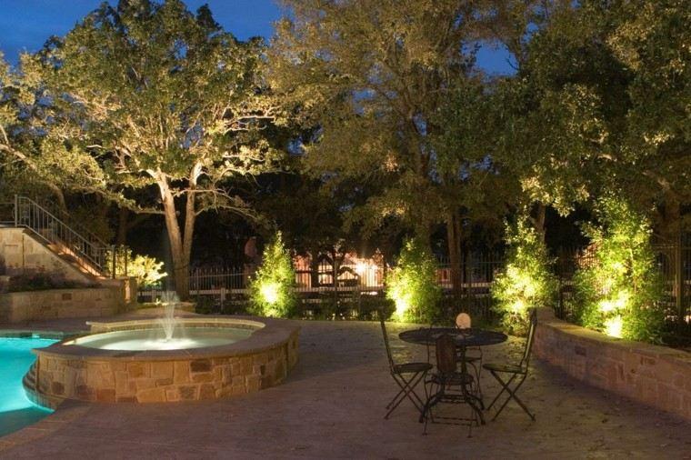estanque patio rocas sillas fuente jardin