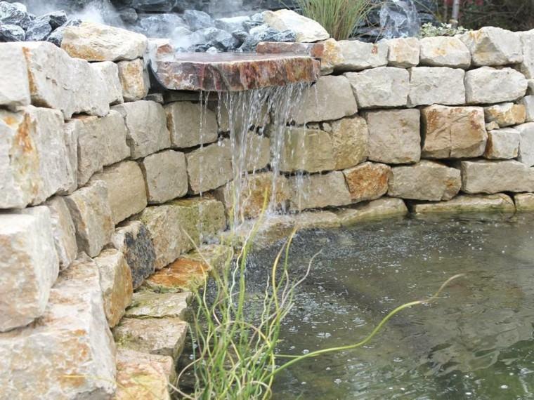 estilo mediterraneo jardin estanque muro piedras ideas