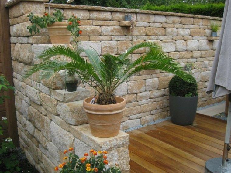 estilo mediterraneo jardin suelo madera macetas decorativas ideas
