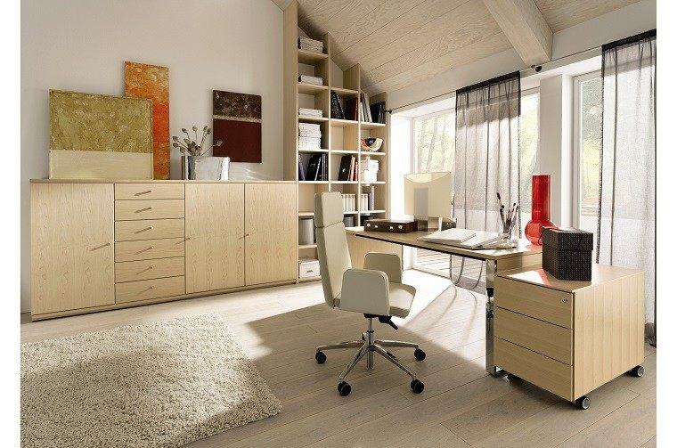 estudio con escritorio madera beige